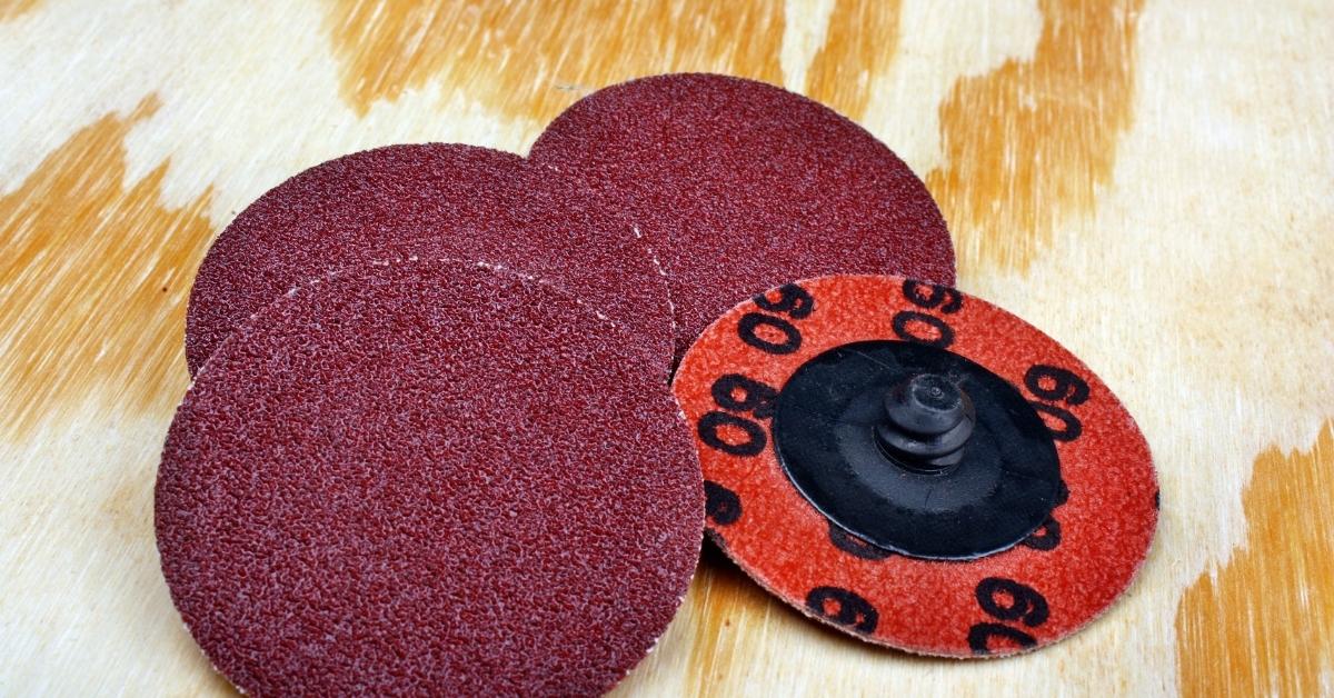 С абразивните дискове за ъглошлайф се реже метал и бетон.