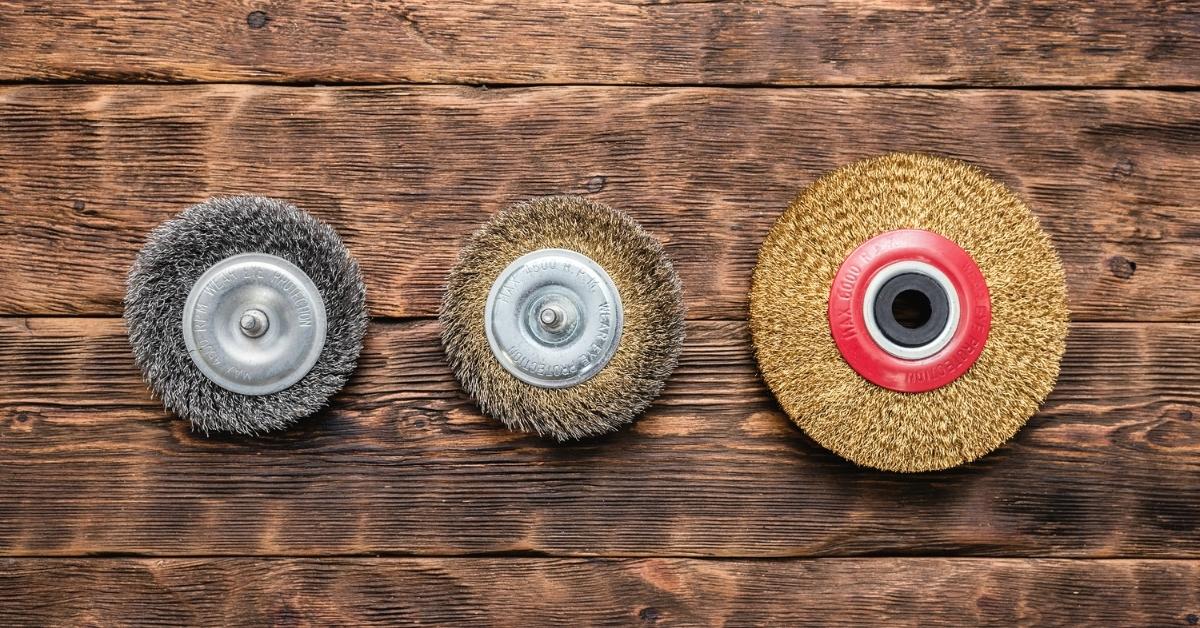 с дискове за грубо шлифоване за отделя ръжда и корозия от метални повърхности.
