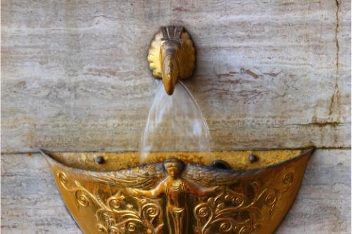Декоративен кран за градинска мивка.
