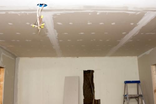 електрическа инсталация над окачен таван при основен ремонт на кухня.
