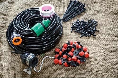 Тръби, фитинги и части за поливна система за капково напояване.