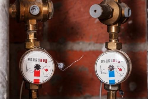 Конструкцията на водомерите за топла и за студена вода е различна и трябва да се монтират на съответните тръби.
