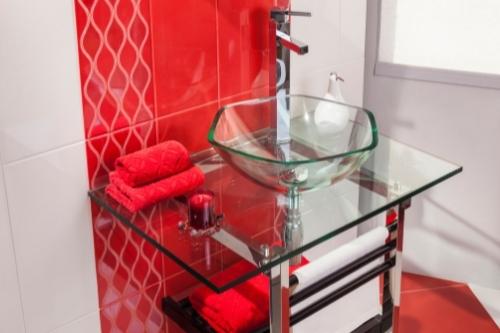 Стъклените мивки за баня са много стилни и красиви, но могат да се счупят или напукат по-лесно.