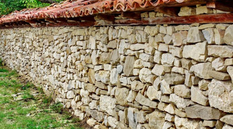 Каменна ограда - масивна защита, красота, сигурност.