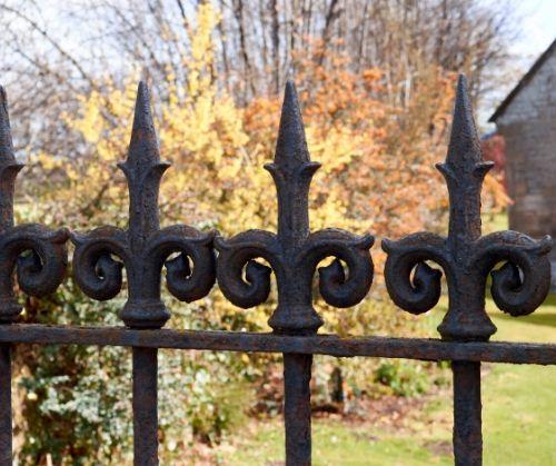 Метални огради - панели, пръти, мрежа - сигурност и надеждност.