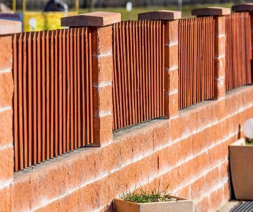 Тухнели огради от различни видове материали - бетон, тухла, блокове.